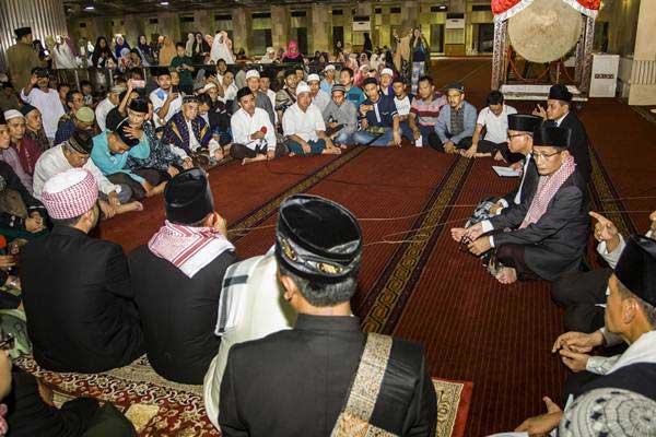 Ilustrasi - Imam Besar Masjid Istiqlal Nasaruddin Umar (kanan) saat memimpin takbir bersama jemaah di Masjid Istiqal, Jakarta, Kamis (14/6/2018). - Antara/Galih Pradipta