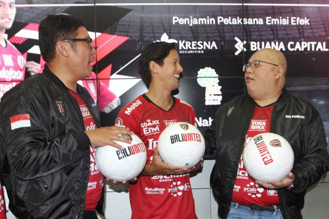 CEO PT Bali Bintang Sejahtera Tbk Yabes Tanuri (kanan) berbincang dengan Direktur Utama PT Bursa Efek Indonesia (BEI) Inarno Djayadi (kiri), dan pemain Bali United Irfan Bachdim, usai pencatatan perdana saham perseroan, di Galeri BEI, Jakarta, Senin (17/6/2019). - Bisnis/Endang Muchtar