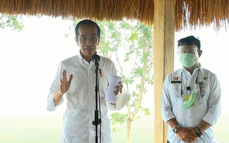 Presiden Joko Widodo didampingi Menteri Pertanian Syahrul Yasin Limpo menyampaikan keterangan pers usai meninjau Food Estate di Kabupaten Sumba Tengah, NTT, Selasa 23 Februari 2021 / Youtube Sekretariat Presiden