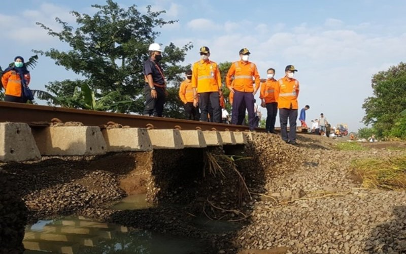 Suasana penanganan balas rel kereta api yang tergerus banjir di dekat Stasiun Lemahabang Bekasi. - PT KAI