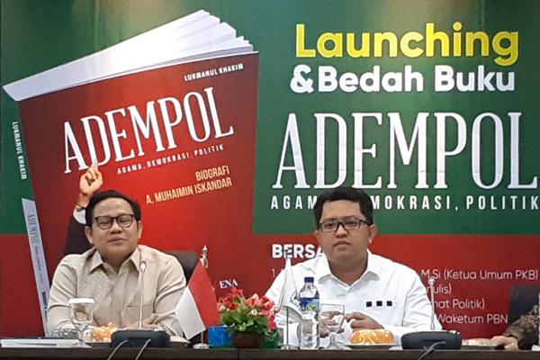 Ketua Umum DPP PKB Muhaimin Iskandar (kiri) memberikan sambutan pada acara peluncuran buku Adempol didampingi penulis Lukmanulo Kahim pada hari Senin 15 April 2019. - Bisnis/John Andhi Oktaveri