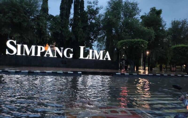 Genangan air di area Simpang Lima Semarang. - Bisnis/Alif Nazzala R.