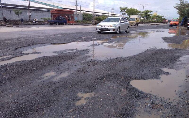 Jalan pantura Kaligawe Semarang - Demak rusak dan berlubang. - Bisnis/Alif Nazzala R.