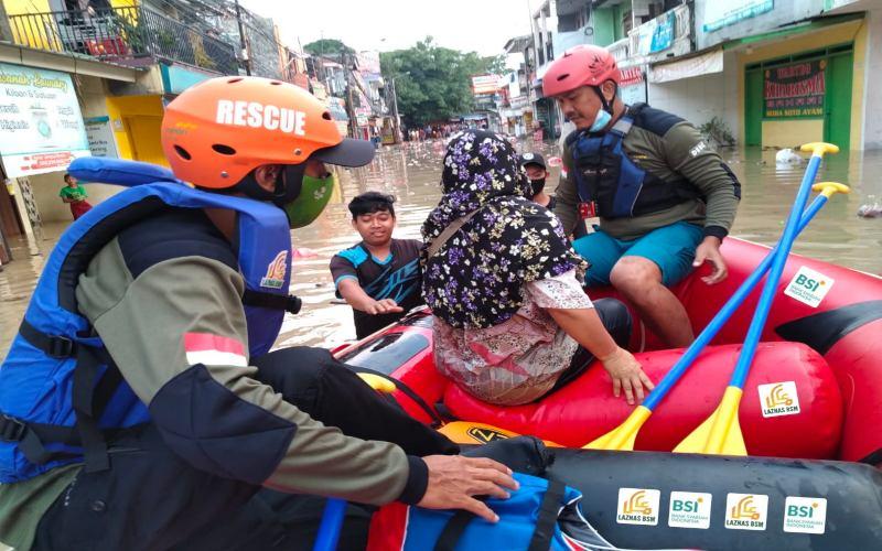 PT Bank Syariah Indonesia Tbk. (BRIS) bekerja sama dengan Laznas BSM memberikan rangkaian bantuan kepada warga di sekitar Jabodetabek yang terkena dampak banjir yang terjadi sabtu-minggu pekan lalu. Bantuan difokuskan berupa logistik di antaranya sejumlah perahu karet, serta menyalurkan sejumlah makanan siap saji, paket sembako, dan paket kebersihan yang dipusatkan di posko Kantor Cabang Bank Syariah Indonesia Pondok Gede, Bekasi.  - Dok. Humas PT Bank Syariah Indonesia Tbk.