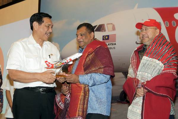 Menko Kemaritiman Luhut Binsar Panjaitan (dari kiri), berbincang dengan CEO Grup AirAsia Tony Fernandes dan Executive Chairman Grup AirAsia Berhad dan Co-Group CEO AirAsia X, Datuk Kamarudin Meranun di sela-sela peluncuran rute baru di Jakarta, Kamis (2/8/2018). - JIBI/Felix Jody Kinarwan