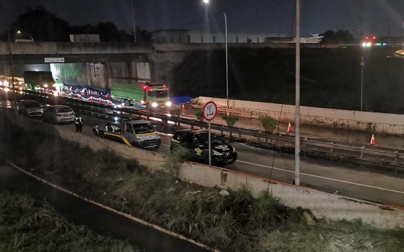 Akses exit Bitung di Jalan Tol Jakarta - Tangerang kembali dibuka setelah sempat tergenang, Selasa (23/2/2021).  - Jasa Marga
