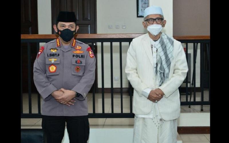 Kapolri Jenderal Pol Listyo Sigit Prabowo (kiri) bersama Ketua Umum Majelis Ulama Indonesia (MUI) KH Miftachul Akhyar di kediaman KH Miftachul, di Jakarta Timur, Minggu (31/1/2021) malam. - Antara