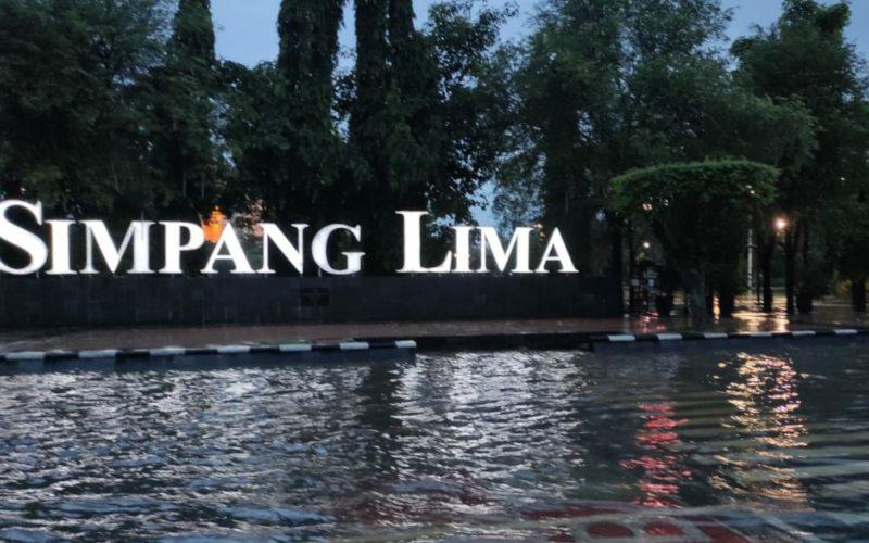 Genangan air di areaSimpangLima Semarang akibat hujan derasyang mengguyur Kota Semarang sejak siang, Selasa (23/2/2021) - Bisnis.com/Alif Nazzala Rizqi