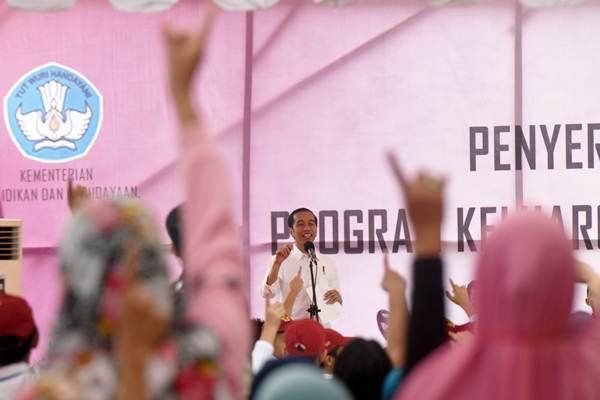 Presiden Joko Widodo memberi sambutan saat penyerahan secara simbolik Kartu Program Keluarga Harapan (PKH) dan Kartu Indonesia Pintar (KIP) di Lapangan Syech Yusuf, Kabupaten Gowa, Sulawesi Selatan, Kamis (15/2). - ANTARA/Yusran Uccang