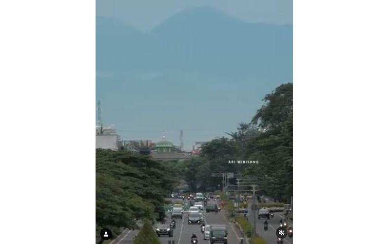 Pemandangan Gunung Gede Pangrango, diabadaikan dalam bentuk video dari Jalan Benyamin Sueb, Kemayoran, Jakarta Pusat. - Instagram/Ari Wibisono
