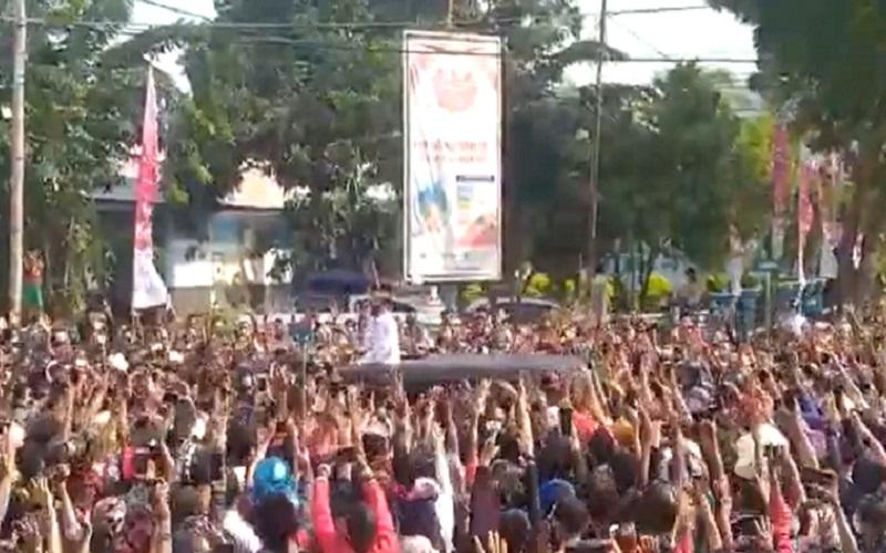 Tangkapan layar video Presiden Joko Widodo berada di kerumunan warga saat kunjungan kerja ke Maumere, NTT pada Selasa (23/2/2021).  -  Twitter