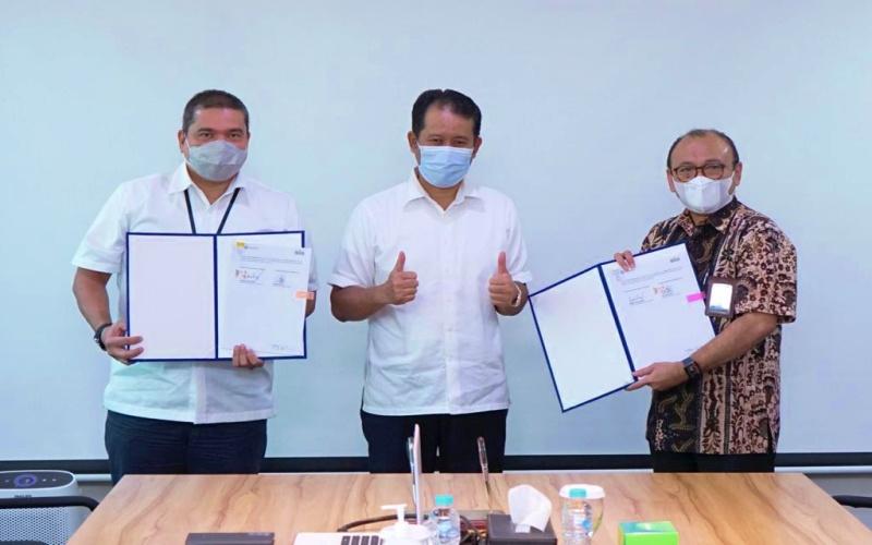 Direktur Enjiniring dan Proyek SIG, Tri Abdisatrijo (kanan), Direktur Utama Pelindo I, Dani Rusli Utama (tengah), dan Direktur Operasional & Komersial Pelindo I, Ridwan Sani Siregar (kiri), usai penandatanganan MoU kerjasama pemanfaatan produk semen dan non semen serta fasilitas kepelabuhanan di Jakarta, Senin (22/2/2021). - Istimewa