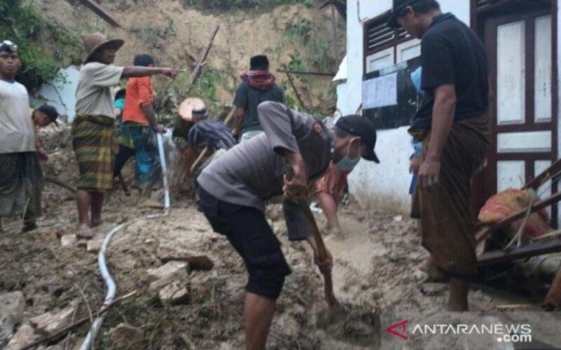 Petugas bersama warga saat menggali longsoran tanah di Pondok Pesantren An-Nidhomiyah, di Dusun Jepun, Desa Bindang, Kecamatan Pasean, Pamekasan, Madura, Jawa Timur, Rabu (24/2/2021). - Antara/Polsek Pasean.