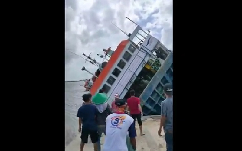 Kapal motor penyeberangan (KMP) Bili terbalik di Dermaga Parigi Piai di Kecamatan Tebas, Kabupaten Sambas, Kalimantan Barat. / Youtube