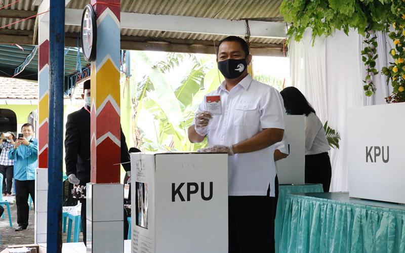 Hendrar Prihadi menggunakan hak pilihnya dalam Pilkada Semarang Tahun 2020.  - Bisnis/Muhammad Faisal Nur Ikhsan.