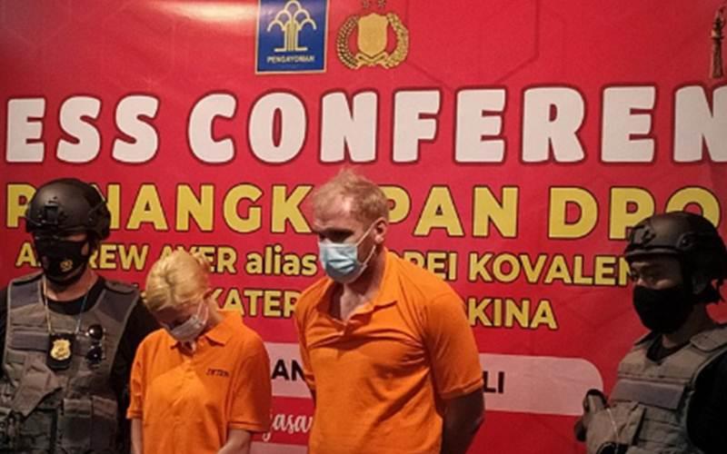 Suasana konferensi pers penangkapan dua buronan asal Rusia, di Kantor Imigrasi Ngurah Rai, Badung, Bali, Rabu (24/02/2021). - Antara/Ayu Khania Pranisitha
