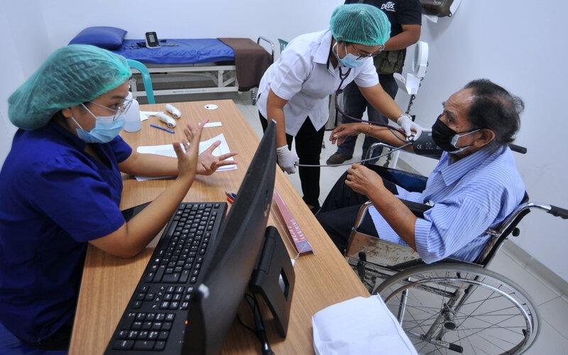 Petugas melakukan pemeriksaan awal kepada warga lanjut usia (lansia) yang akan menjalani vaksinasi Covid-19 di Rumah Sakit Bali Mandara, Denpasar Bali, Rabu (24/2/2021). - Antara/Fikri Yusuf.