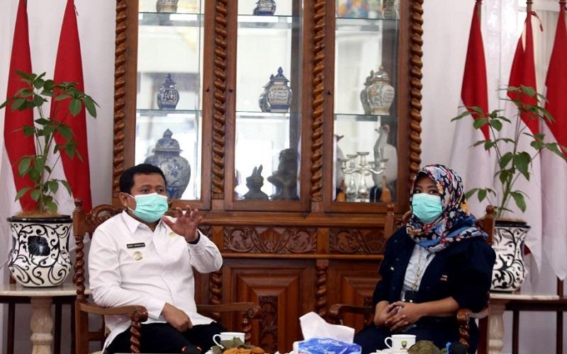 Bupati Sumedang Dony Ahmad Munir (kiri) saat menerima tim Jelajah Metropolitan Rebana, Rabu (24/2/2021) - Bisnis/Wisnu Wage