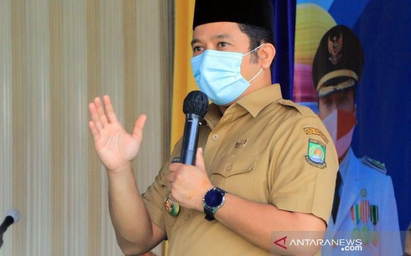 Wali Kota Tangerang Arief R Wismansyah saat menghadiri acara bakti sosial di Ciledug. - Antara