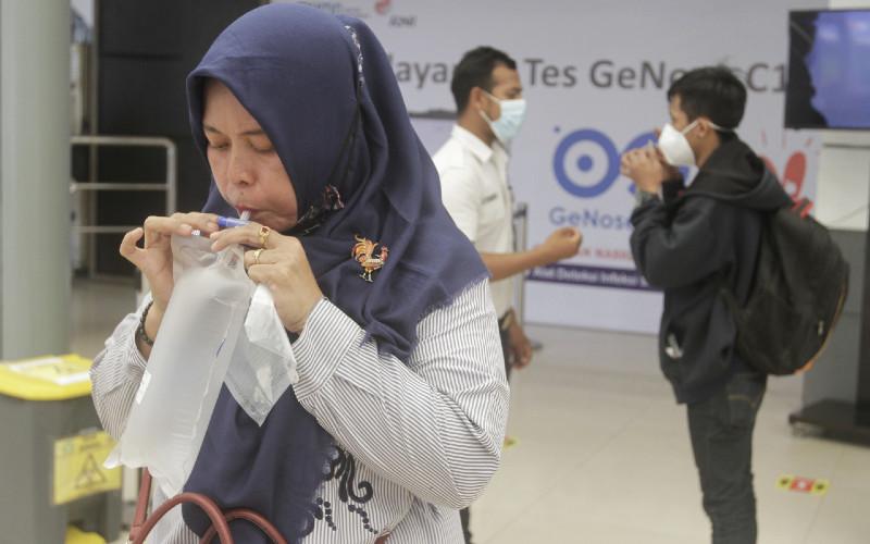 Calon penumpang kereta api mengikuti pemeriksaan sampel napas Genose C19 di Stasiun Pasar Senen, Jakarta, Kamis (4/2/2021).  -  Bisnis/Himawan L Nugraha