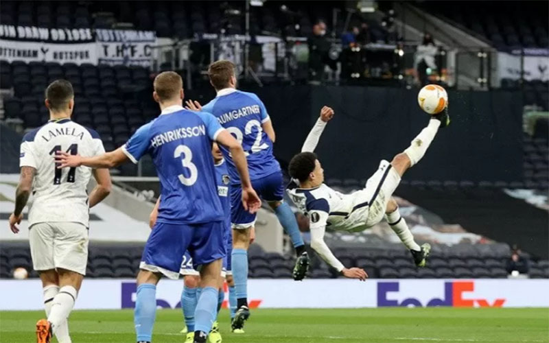Gelandang serang Tottenham Hotspur Dele Alli (kanan) melepaskan tendangan akrobatik untuk mencetak gol pembuka ke gawang Wolfsberger./Antara - Reuters