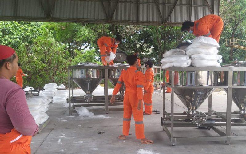 Badan Nasional Penanggulangan Bencana (BNPB) mempersiapkan 9,2 ton bahan semai natrium klorida (NaCl) untuk ditebarkan ke Pesisir Barat Pandeglang. BNPB dan sejumlah badan serta lembaga lain melakukan operasi modifikasi cuaca (TMC) sejak Minggu (21/2/2021) - Dok./BNPB