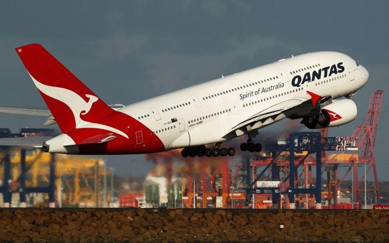 Pesawat Airbus SAS A380 yang dioperasikan oleh Qantas Airways lepas landas di Bandara Sydney, Australia. - Bloomberg.