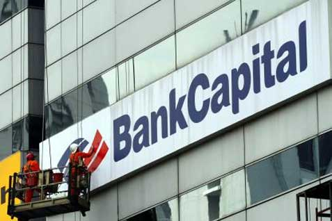 Ilustrasi / Beberapa pekerja tampak beraktivitas di depan gedung berlogo Bank Capital. / Istimewa