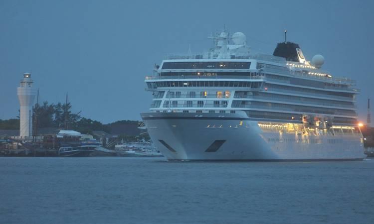 Kapal pesiar berbendera Norwegia, Viking Sun bergerak meninggalkan Pelabuhan Benoa di perairan Benoa Bali, Senin (9/3/2020). - Antara/Fikri Yusuf
