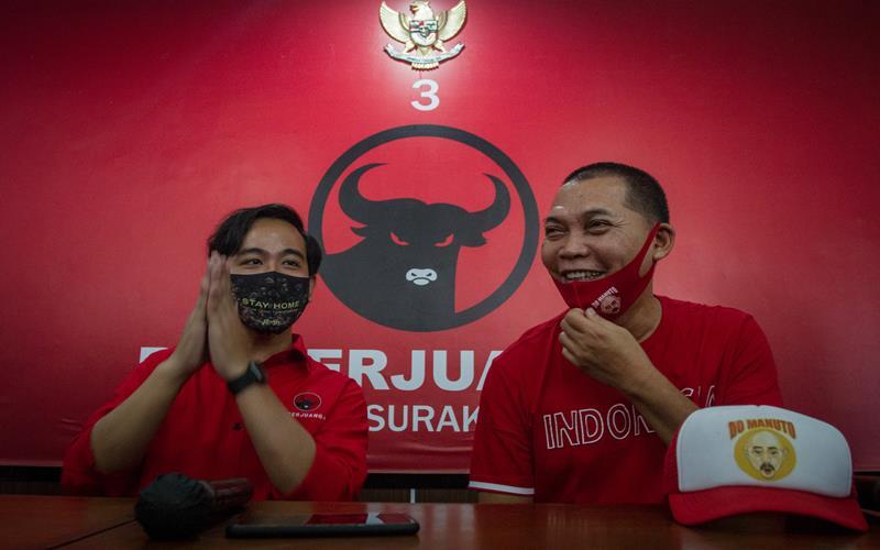 Gibran Rakabuming Raka (kiri) dan Teguh Prakosa (kanan) memberikan keterangan kepada Wartawan saat berada di kantor Dewan Pimpinan Cabang (DPC) PDI Perjuangan, Solo, Jawa Tengah, Jumat (17/7/2020). ANTARA FOTO - Mohammad Ayudha