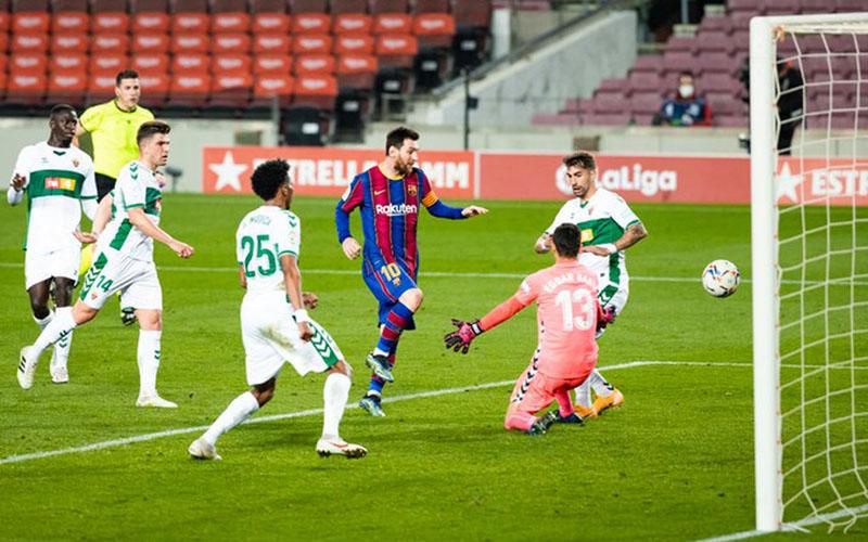 Bintang Barcelona Lionel Messi (ketiga kanan) menjebol gawang Eolche pada Kamis (25/2/2021). - Twitter@FCBarcelona