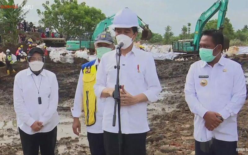 Presiden Joko Widodo menyampaikan keterangan pers usai meninjau bencana bocornya tanggul Citarum di Bekasi, Jawa Barat, Rabu 24 Februari 2021 / Youtube Sekretariat Presiden