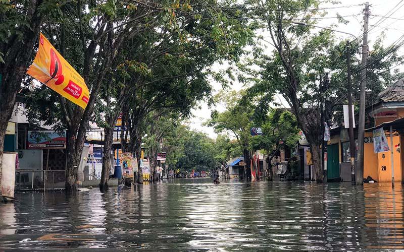 Banjir masih terjadi di Jl. Gajah Raya, RT. 01/RW.01, Cebolok, pada Kamis (25/2/2021). - Bisnis/Muhammad Faisal Nur Ikhsan.