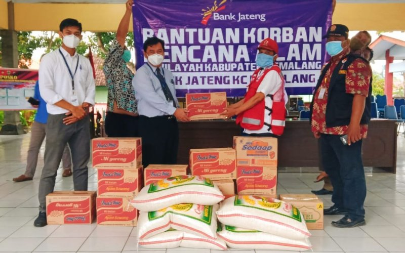 Bank Jateng Cabang Pemalang menyalurkan bantuan untuk para korban banjir di Kecamatan Ulujami, Kabupaten Pemalang. (Foto: Istimewa)