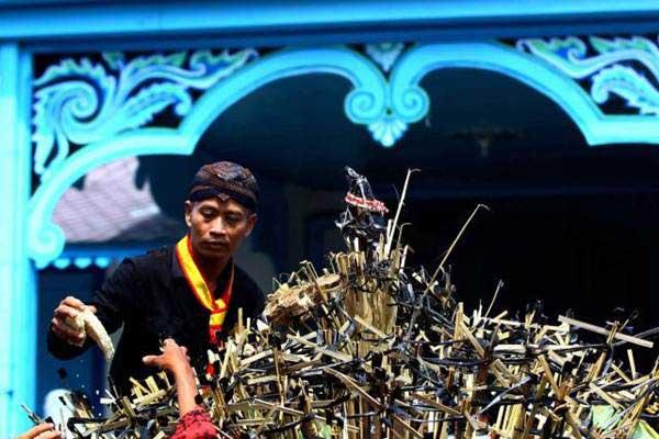 Abdi dalem berebut gunungan pada acara Grebeg Syawal di Kori Kamandungan, Keraton Kasunanan Surakarta, Selasa (27/6). - JIBI/Dwi Prasetya