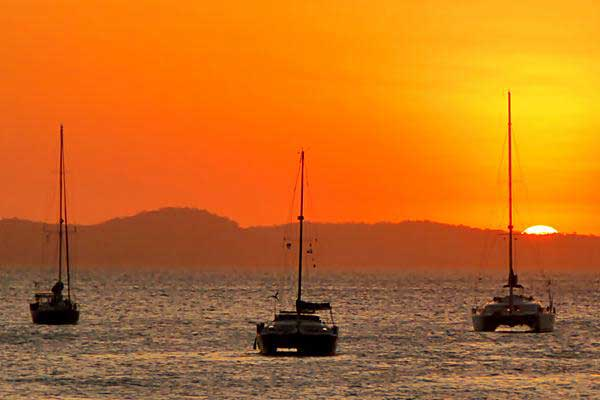 Ilustrasi. Tiga kapal Yacht milik peserta Sail Indonesia 2017 berlabuh di pesisir pantai Tedys, Kupang, NTT, Kamis (3/8). - ANTARA/Kornelis Kaha
