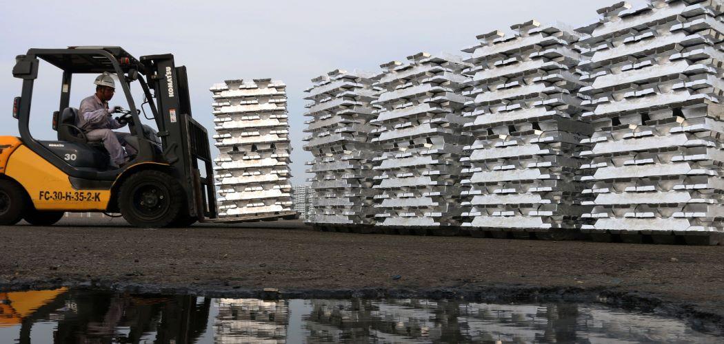 Ilustrasi - Petugas melakukan proses penyimpanan sementara aluminium ingot di pabrik peleburan PT Inalum, Batubara, Sumatera Utara. - Antara / Irsan Mulyadi.