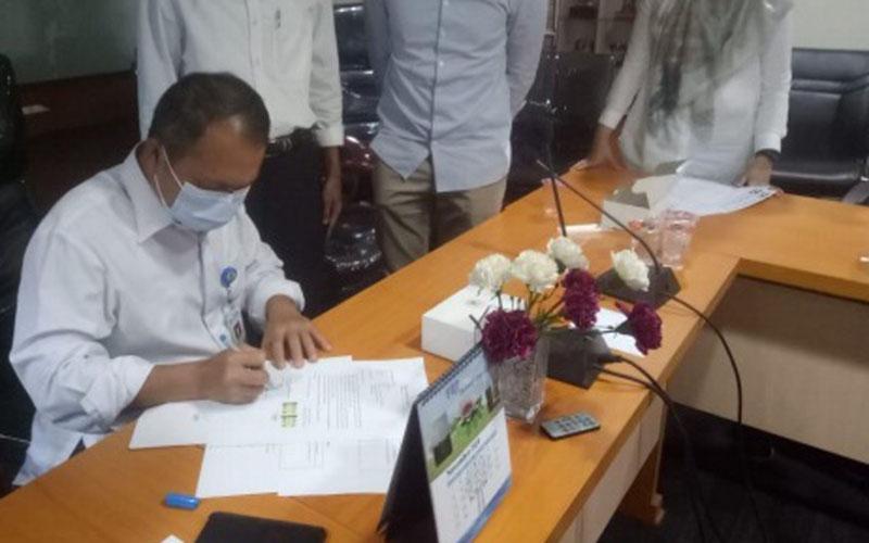 Kepala Dinas Permukiman Kota Tangerang Tatang Sutisna mewakili PemkotTangerang sebagai saksi ikut menandatangani kesepakatan warga dengan PT Bina Rencana Agung selaku developer Perumahan Buana Gardenia. - Istimewa
