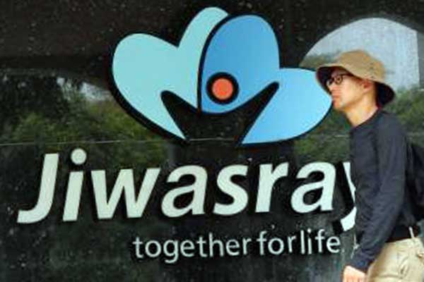 Pejalan kaki berjalan didepan kantor PT Asuransi Jiwasraya (Persero) di Jakarta, Senin (02/12/2019). Bisnis - Dedi Gunawan