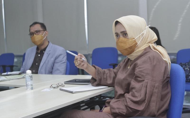 Direktur Utama PT ASDP Indonesia Ferry (Persero) Ira Puspadewi (kanan) saat berkunjung ke kantor redaksi Bisnis Indonesia, Selasa (23/2 - 2021). Bisnis/Himawan L. Nugraha