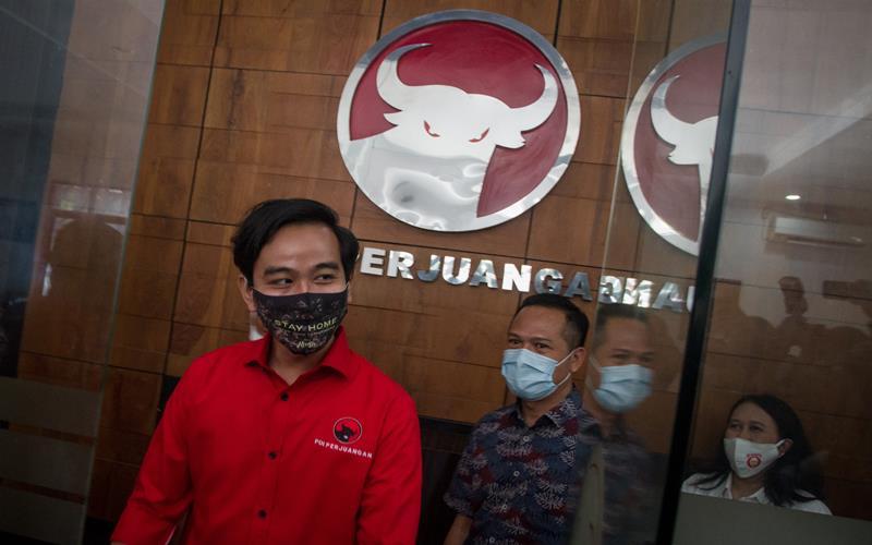 Gibran Rakabuming Raka (kiri) berada di kantor Dewan Pimpinan Cabang (DPC) PDI Perjuangan, Solo, Jawa Tengah, Jumat (17/7/2020). ANTARA FOTO - Mohammad Ayudha