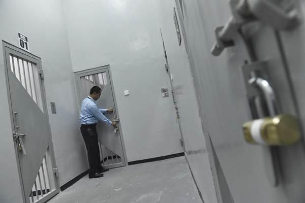 Petugas memeriksa ruang tahanan Komisi Pemberantasan Korupsi (KPK) saat peresmian di Gedung Merah Putih KPK, Jakarta, Jumat (6/10). - ANTARA/Puspa Perwitasari