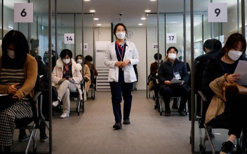 Seorang perawat ikut serta dalam latihan simulasi vaksinasi penyakit virus corona (COVID-19) di pusat vaksinasi COVID-19 di Seoul, Korea Selatan, Selasa (9/2/2021)/Antara Foto - Reuters/Kim Hong/Ji