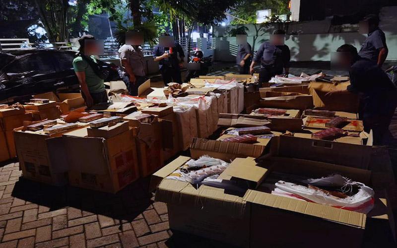 Petugas DJBC Jateng - DIY memeriksa rokok tanpa pita cukai yang bakal dikirimkan ke Pulau Sumatera.  -  Istimewa