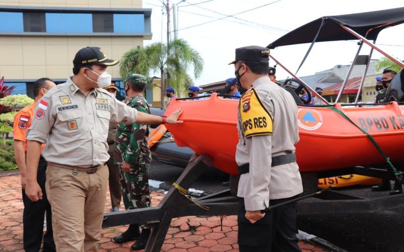 Wakil Bupati Kabupaten Musi Banyuasin Beni Hernedi (kiri) meninjau sarana penanganan kebakaran hutan dan lahan (karhutla). - Istimewa