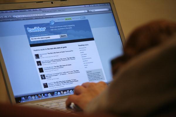 Ilustrasi netizen bermain Twitter.  - Reuters