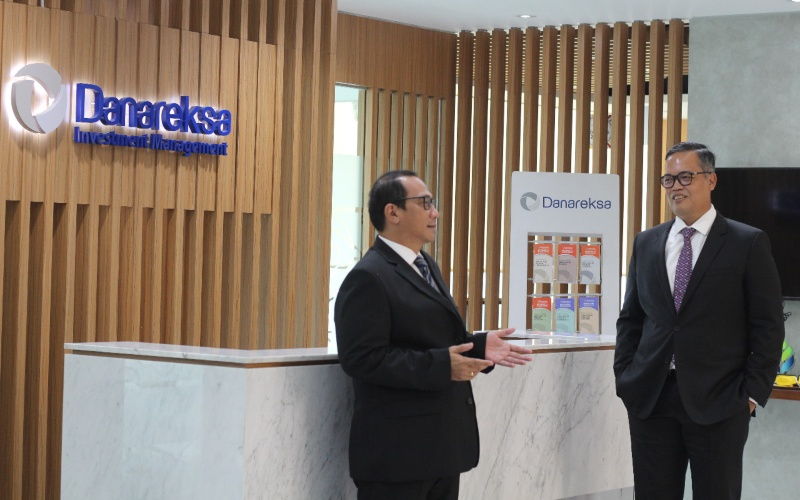 Direktur Utama PT Danareksa Investment Management (DIM) Marsangap P. Tamba (Kanan) dan Komisaris Utama DIM Lukman Nur Azis (Kiri). - DIM