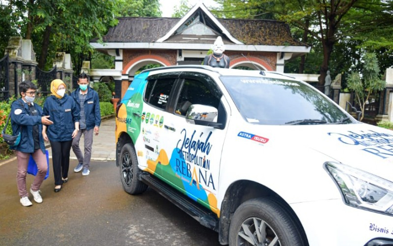 Bupati Purwakarta Anne Ratna Mustika (tengah) meninjau armada tim Jelajah Metropolitan Rebana di halaman kantornya di Kabupaten Purwakarta - Bisnis