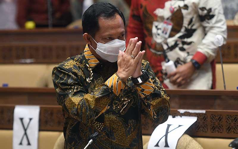 Mendagri Tito Karnavian memberikan salam sebelum mengikuti rapat kerja dengan Komisi II DPR di Kompleks Parlemen, Senayan, Jakarta, Kamis (26/11/2020). Rapat itu membahasan data kependudukan dan data pemilih Pilkada Serentak 2020. ANTARA FOTO - Akbar Nugroho Gumay