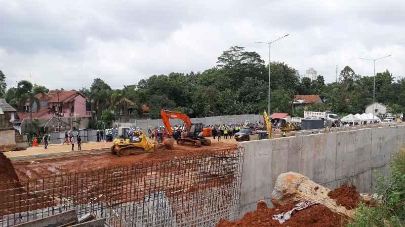 Proses eksekusi tanah di ruas tol Cinere-Serpong di Jalan Raya Ciputat Serpong pada Selasa (5/2/2020). - Bisnis/Hendri T. Asworo